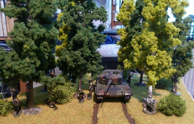 Leopard 2 fährt durch Bäume - in 1zu72