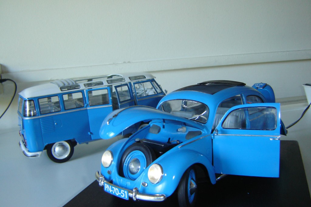 Käfer und Bulli in blau