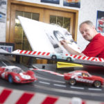 Blech-Picasso Werner Pitzer bei der Arbeit mit Bleistif und Acryl-Farben Opel Manta A