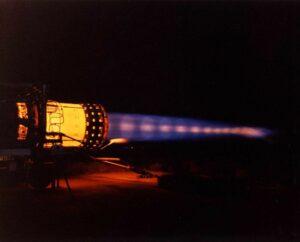 J58 auf dem Prüfstand mit voller Nachbrennerleistung (Quelle: Wikipedia / NASA)